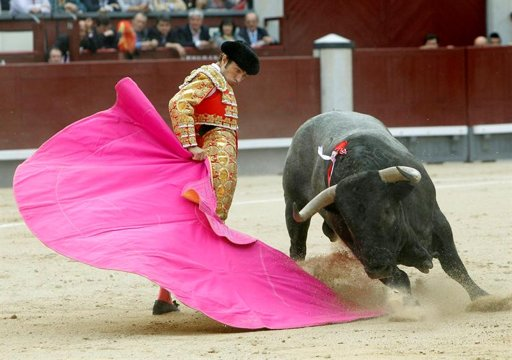 Fernando Robleño remata su saludo al segundo.