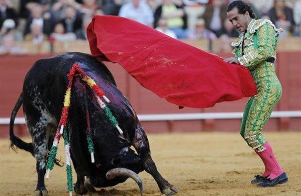 Iván Fandillo en la faena a su segundo toro en la Maestranza. / Julio Muñoz (Efe)