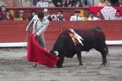"""""""El Zapata"""" Triunfo ante un encierro impresentable. Foto La Jornada de Oriente."""