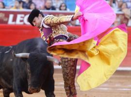 """El torero mexicano José Mauricio lidia su primer toro de la tarde, """"Cantinillo"""" de 471 kg, durante la corrida de la temporada grande 2012-2013 en la Plaza de Toros México"""