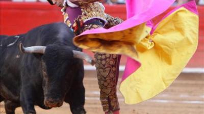 """José Mauricio ante su primer toro, """"Cantinillo""""."""