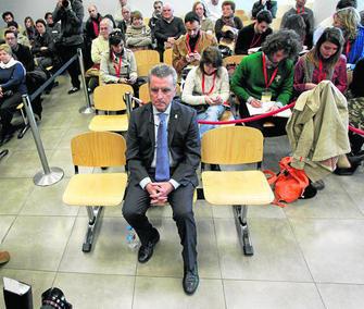 José Ortega Cano, sentado ayer en el banquillo de los acusados en una sala repleta de periodistas y público.