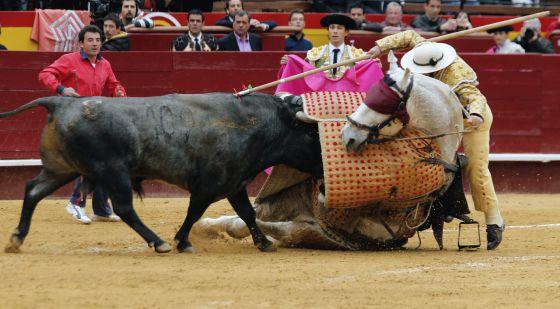 El segundo toro derribó de esta guisa al picador. / JUAN CARLOS CARDENAS-EFE