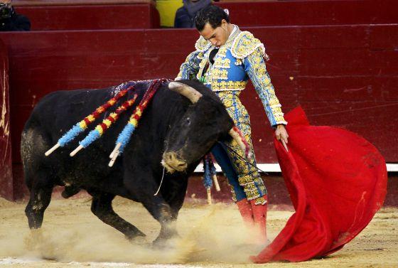 Iván Fandiño hizo lo más destacado del séptimo festejo fallero. / TANIA CASTRO