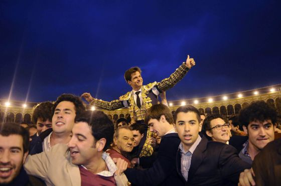 El Juli, a hombros por la Puerta del Príncipe de La Maestranza después de cortar tres orejas. / RAÚL CARO / EFE