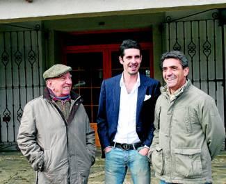 Alejandro Talavante (centro), con los ganaderos, Victorino martín, padre e hijo.