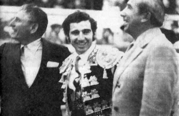 """En la gráfica vemos de izquierda a derecha a Lorenzo Garza, Manolo Martínez y a Fermín Espinoza """"Armillita"""", en la plaza de Toros Monterrey, en los años setenta."""