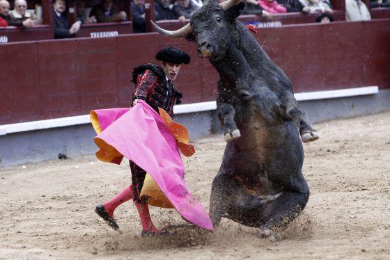Alejandro Talavante con el tercer toro. / Claudio Alvarez (EL PAÍS)