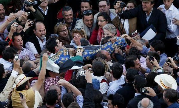IGNACIO GIL Insólita Puerta Grande de Alejandro Talavante, a hombros a modo de féretro entre la multitud