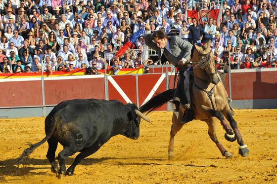 El Juli rejoneando durante la corrida. / Vicente Medero