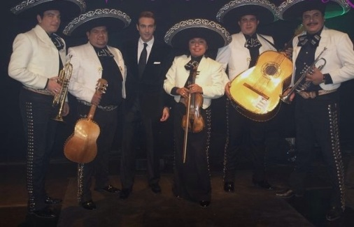 Por lo visto el proximo proyecto de Enrique Ponce  de formar un grupo de musica mexicana regional tendra que esperar un poco mas..
