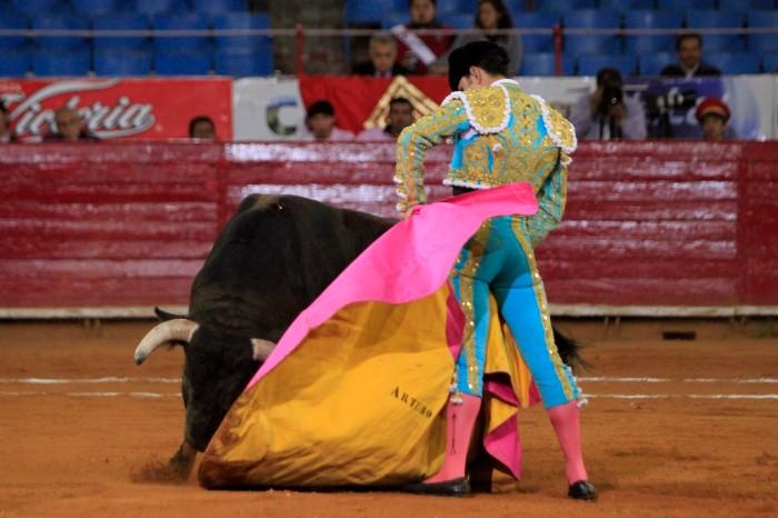 Arturo Macías cierra el recibo al sexto de la tarde.