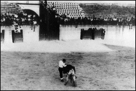 Adolfo Suárez en ayudados por alto al toro de España
