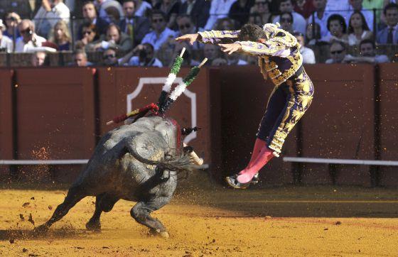 Antonio Ferrera pone un par de banderillas a su primer toro. / Raúl Caro (EFE)