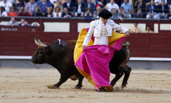 El diestro Miguel Abellán, durante el primer toro de su tarde en la Feria de San Isidro de Madrid. / samuel sánchez