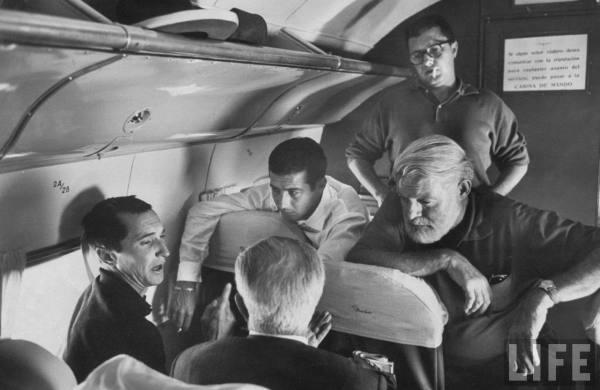"""Dominguin (con camisa negra), el escritor norteamericano Ernest Hemingway (junto a Ordoñez) instantes que plasmo en su libro """"Verano Sangriento""""."""