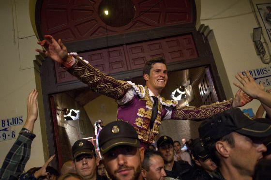 Daniel Luque sale por la Puerta Grande de Las Ventas. / Julian Rojas