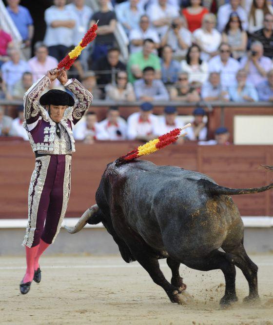 Fernando Sánchez, subalterno de Javier Castaño, en las banderillas a 'Zahonero'. / luca piergiovanni (efe)