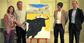 Marcos Bontempo posa junto a la autoridades con al cartel que ha diseñado para la tradicional corrida Goyesca.