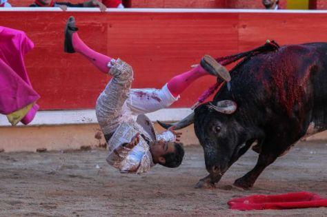 Luis Bolivar, volteado por su primer toro. / LUIS AZANZA
