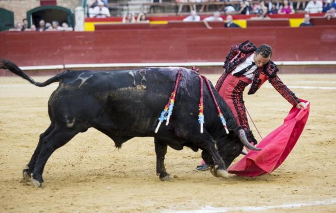 Soberbio natural de Rafaelillo a 'Trastero', del que paseó las dos orejas. CAYETANO TALENS