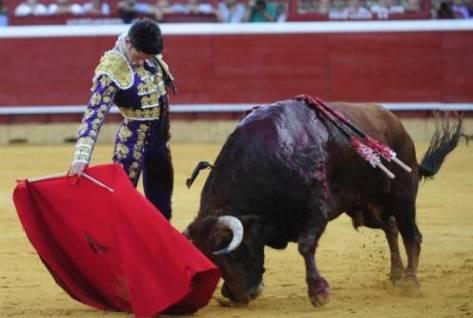 Derechazo de Alejandro Talavante al tercer toro de la tarde, ayer, en Huelva Carlos Núñez