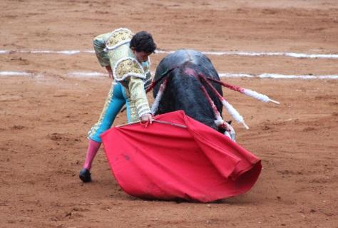 Derechazo de Antonio Mendoza, rotundo y clásico. Foto: @MyRyCar.