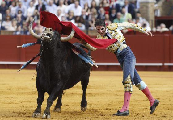 El diestro Juan Jose Padilla torea con unos pantalones vaqueros tras ser cogido en la faena. / JULIO MUÑOZ (EFE)