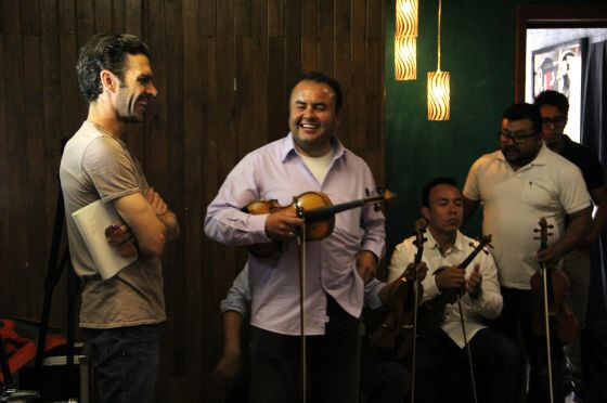 José Tomás (a la izquierda) charla con el grupo musical Mariachi Azteca durante la grabación de un videoclip en Aguascalientes. / YAZMÍN GARCÍA (EFE)
