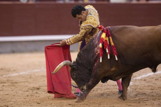 Morenito de Aranda, durante la lidia a su segundo toro, al que cortó una oreja. / JULIÁN ROJAS