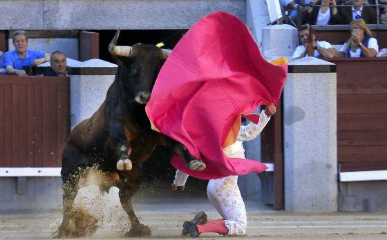 Miguel Abellan en el primer toro de la tarde. / KIKE PARA (EL PAÍS)