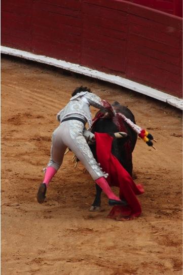 El volapié de Diego Emilio. Foto: Miriam Cardona.