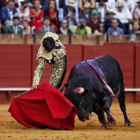 El diestro cortó las dos orejas de su primero y perdió la Puerta del Príncipe tras fallar con la espada ante el sexto. Foto de Roca Rey por Arjona.