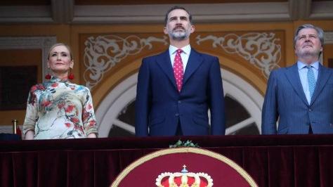 l rey Felipe VI, entre la presidenta de la Comunidad de Madrid, Cristina Cifuentes, y el ministro de Cultura, Íñigo Méndez de Vigo. SAMUEL SÁNCHEZ / atlas