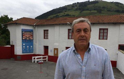 Joxin Iriarte, empresario de Azpeitia, delante de la plaza de toros.MARIANO GARCÍA.