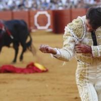 Sevilla: Cornada de pronóstico grave para Rafael Serna en su alternativa