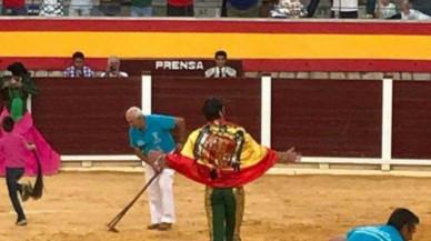 torero-juan-jose-padilla-pasea-una-bandera-franquista-plaza-villacarrillo-1505575883747