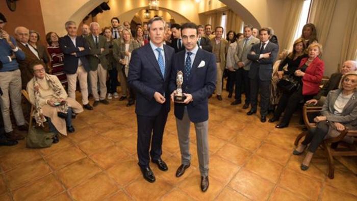 Enrique Ponce, con el presidente de la Sociedad Propietaria de la plaza de toros de Córdoba, Rafael Centeno - ÁLVARO CARMONA.