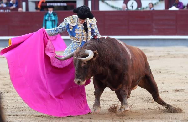 El diestro Ginés Marín, en su primer toro de la tarde. ULY MARTIN.