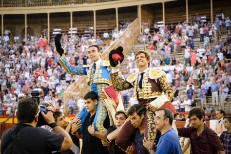 Enrique Ponce y El Juli, a hombros en el cierre de la feria de Hogueras. TESEO.