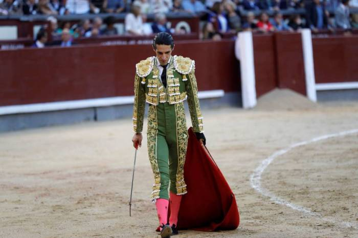 Talavante, en la faena del segundo lote de la ganadería de Adolfo Martín. JUANJO MARTÍN EFE.