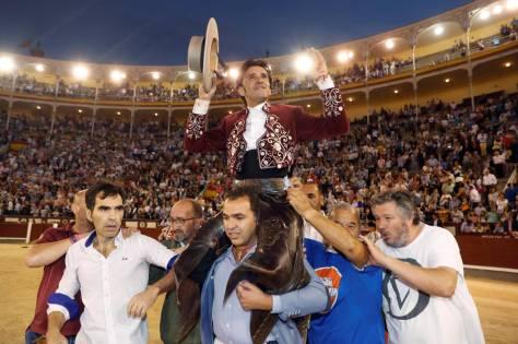 Diego Ventura, a hombros tras su encerrona en Las Ventas. J.J. Guillén (Efe)