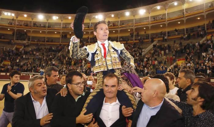 El diestro Diego Urdiales sale por la puerta grande tras el sexto y último festejo de la Feria de Otoño de Las Ventas. Javier López - EFE.