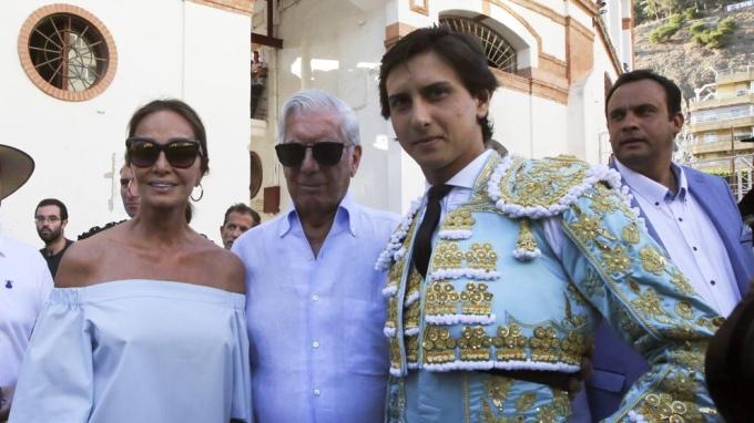 El escritor Mario Vargas Llosa e Isabel Preysler con el torero Andrés Roca Rey durante la feria taurina de Málaga (KMJ/KMA / GTRES)