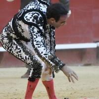 Espeluznante caída con posible lesión y cornada para Enrique Ponce en Valencia