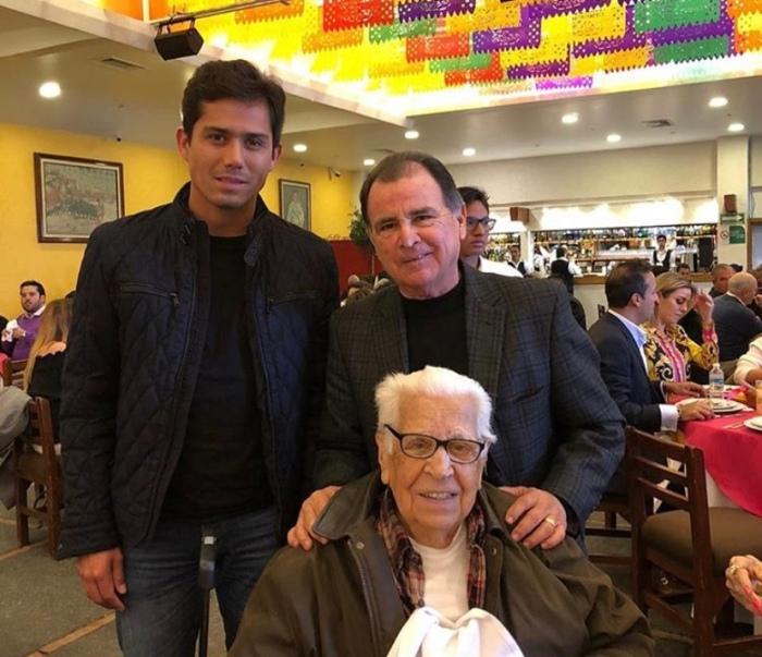 Rafael Báez junto al matador Juan Fernando y el Maestro Eloy Cavazos.