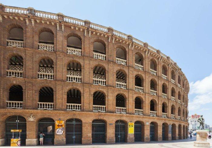 Muchos valencianos se preguntan por qué se han cancelado grandes eventos -el World Mobile Congress de Barcelona, los partidos de fútbol a puerta cerrada, así como multitud de eventos y reuniones- y por qué estas medidas de contención no han afectado a las Fallas.
