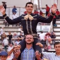 Paco Ureña sale a hombros en la Corrida Charra de Istres.